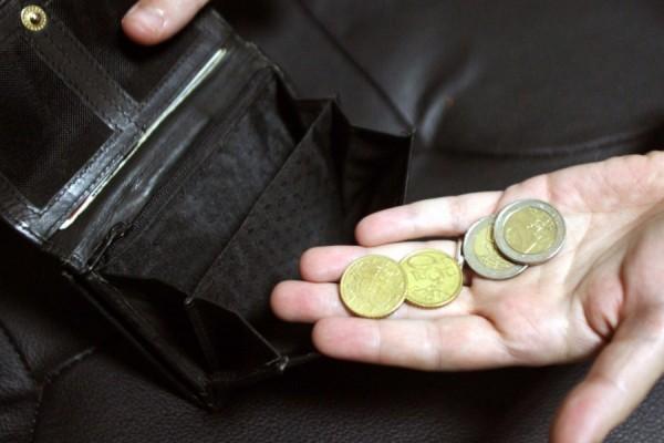 Ένας στους δύο Έλληνες αδυνατεί να πληρώσει